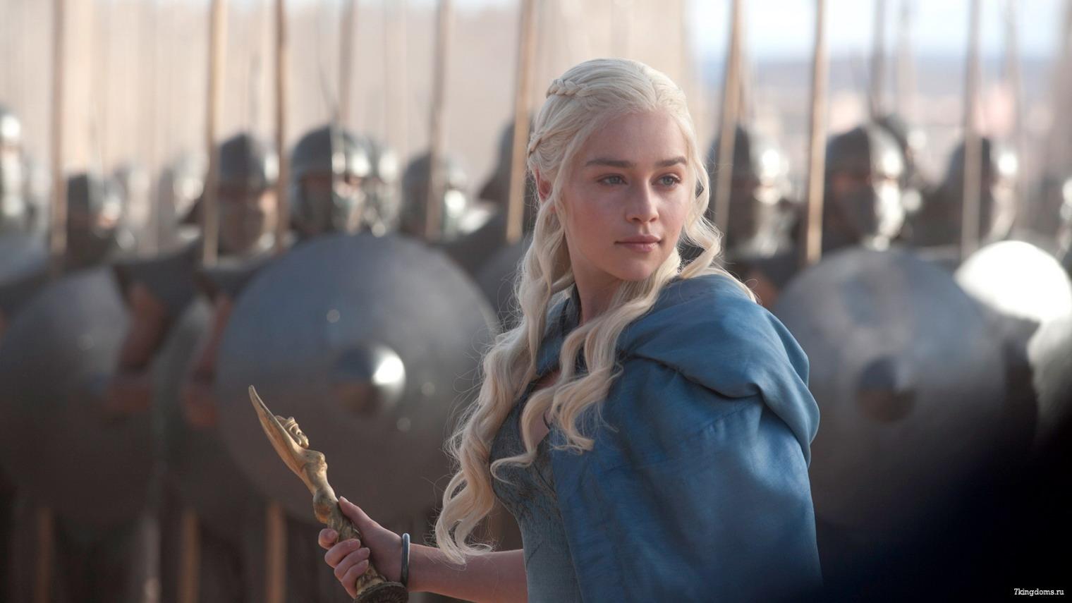 daenerys targarien madre de dragones vestido azul , ejercito atras
