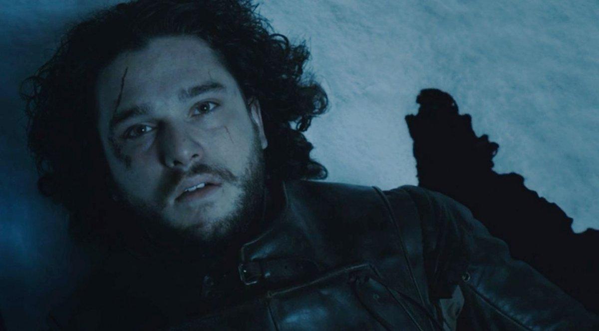jon snow tendido en el suelo, cabello ondulado grasoso