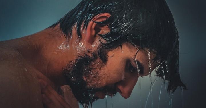 minoxidil tratamiento capilar, hombre ducha